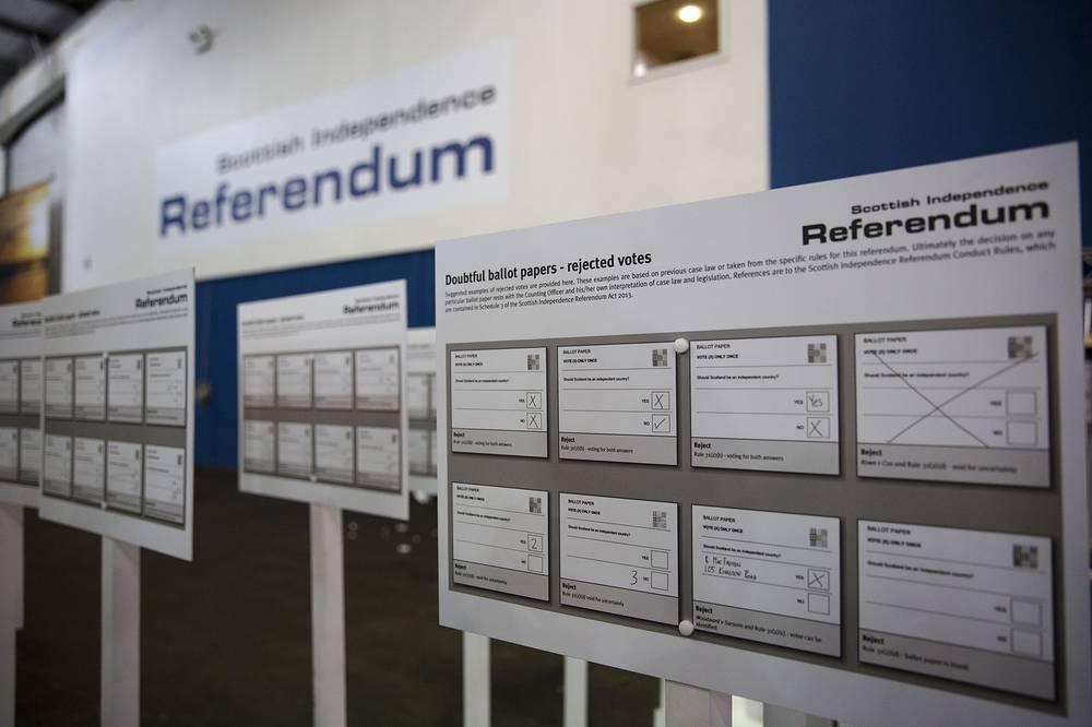 """Вопрос, на который избирателям необходимо ответить """"да"""" или """"нет"""", сформулирован так: """"Должна ли Шотландия быть независимой страной?"""" На фото: избирательный участок в Эдинбурге"""
