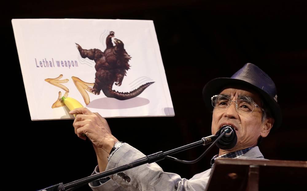 """Ученые медицинского факультета японского университета Китасато получили Шнобелевскую премию за точное измерение уровня """"скользкости"""" банановой кожуры"""