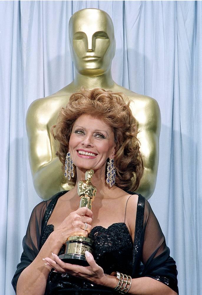 """Актриса снялась более чем в ста картинах и получила много наград: в 1974 году - приз МКФ в Сан-Себастьяне как лучшей актрисе, в 1991 году за вклад в мировой кинематограф получила второго """"Оскара"""" (на фото)"""