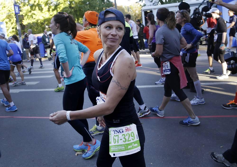 """Фотомодель и актриса Памела Андресон в 2013 году приняла участие в Нью-Йоркском марафоне с целью собрать средства в помощь жителям Гаити. Андерсон, пробежав 42 километра и 195 метров за 5 часов 41 минуту и 3 секунды, сумела собрать почти $76 тысяч. Возможно, актриса смогла бы привлечь больше средств, если бы пробежала в алом купальнике, в котором снималась в """"Спасателях Малибу"""", но Андерсон изначально отказалась от этой идеи"""