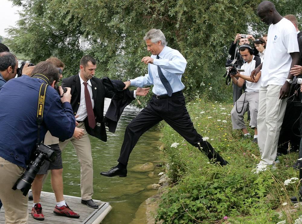 Премьер-министр Франции в 2005-2007 годах Доминик де Вильпен участвовал в Эссонновском марафоне (Эссонн - департамент на севере центральной части Франции) в далеком 1980 году. Тогда 27-летний будущий политик пробежал дистанцию с очень внушительным результатом – 2 часа 57 минут и 6 секунд. На фото: де Вильпен прыгает на баржу во время рабочей поездки в городе Мант-ла-Жоли, недалеко от Парижа, 22 июля 2005 года