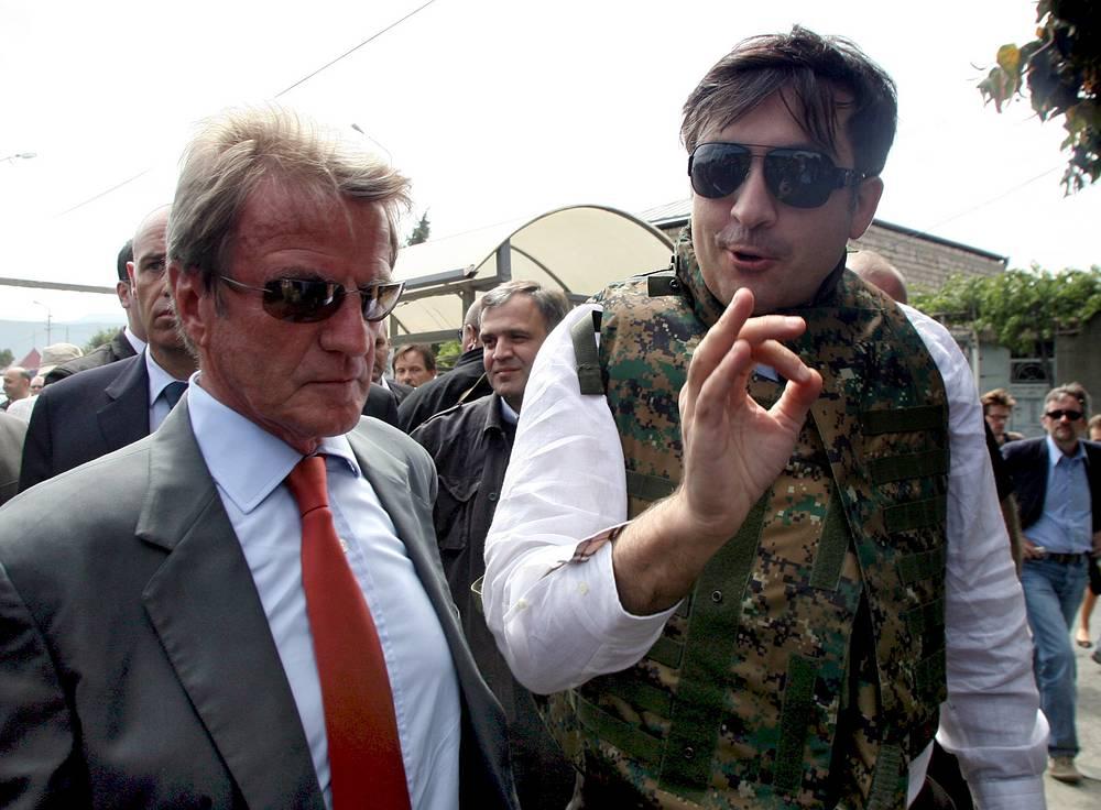 Если суд установит виновность Саакашвили, то ему грозит лишение свободы от семи до девяти лет. На фото: министр иностранных дел Франции Бернард Кухнер и президент Грузии Михаил Саакашвили на встрече по вопросу грузино-югоосетинского конфликта, 2008 год