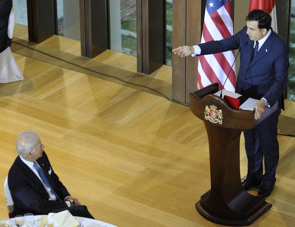 13 августа 2014 года Саакашвили было предъявлено еще одно обвинение - в растрате государственных средств на сумму 8,837 млн лари (около $5,1 млн). На фото: Михаил Саакашвили и вице-президент США Джо Байден, Тбилиси, 2009 год