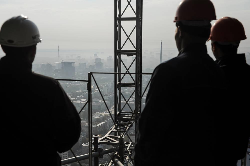 """Строители смотрят с башни """"Исеть"""" на город"""