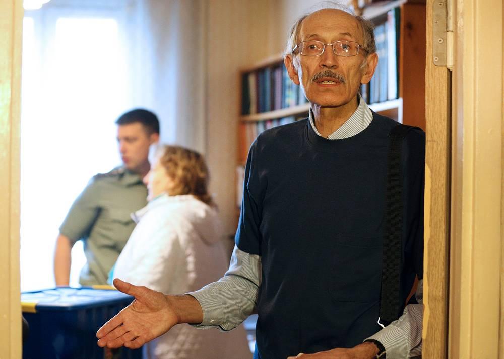 Валентин Михайлов во время выселения судебными приставами