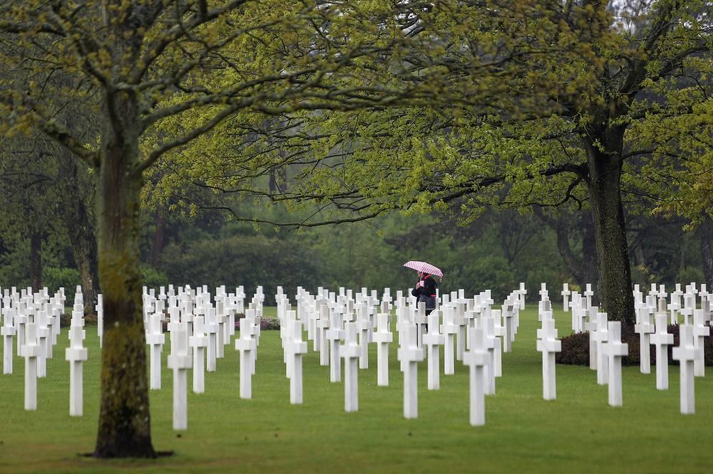 """Цель ностальгического туризма - поиск родственников, восстановление родословной, посещение мемориалов. Как правило, это пожилые люди, посещающие места двух мировых войн или покинувшие места проживания в результате военных действий. На фото: американское воинское кладбище в Нормандии, где захоронены солдаты, погибшие в операции """"Оверлод"""""""