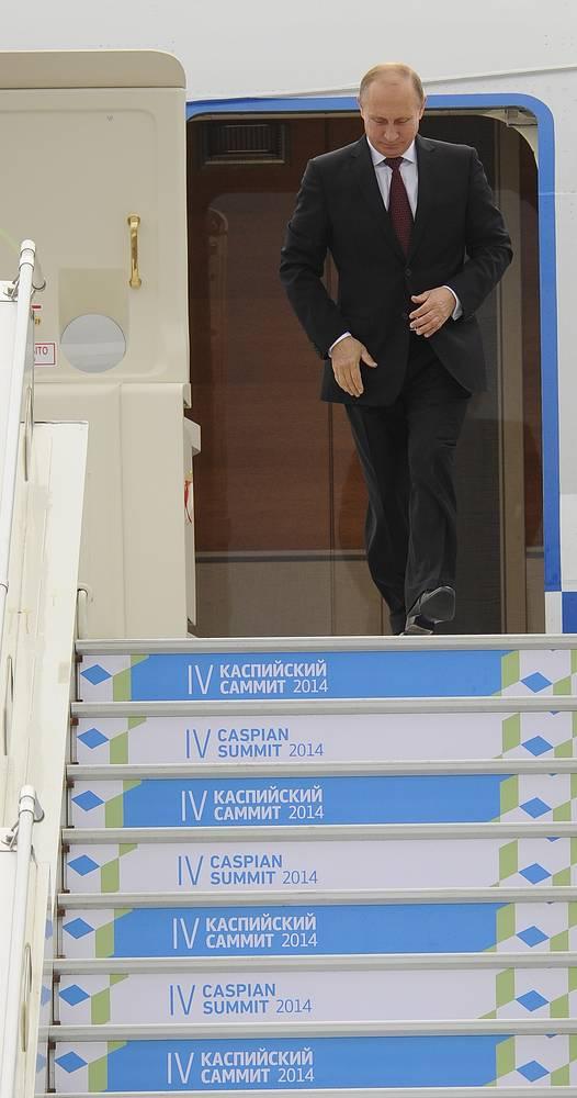 """Лидеры каспийской """"пятерки"""" обсуждали статус акватории Каспийского моря, режим строительства транскаспийских трубопроводов, взаимодействие в сфере безопасности, экономики, транспорта и экологии, а также международные вопросы"""