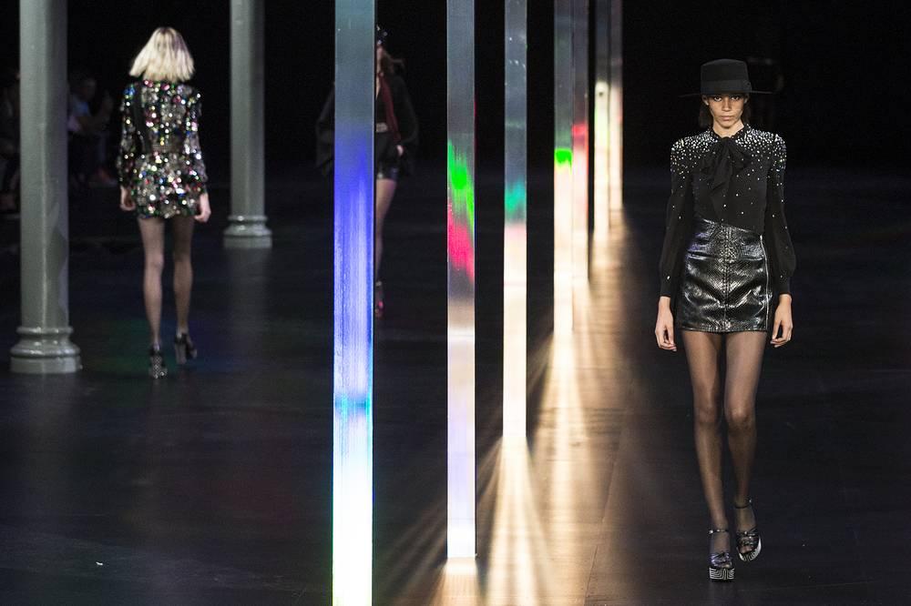 Показ коллекции одежды французского дизайнера Эди Слимана (Hedi Slimane) для модного дома Saint Laurent Paris