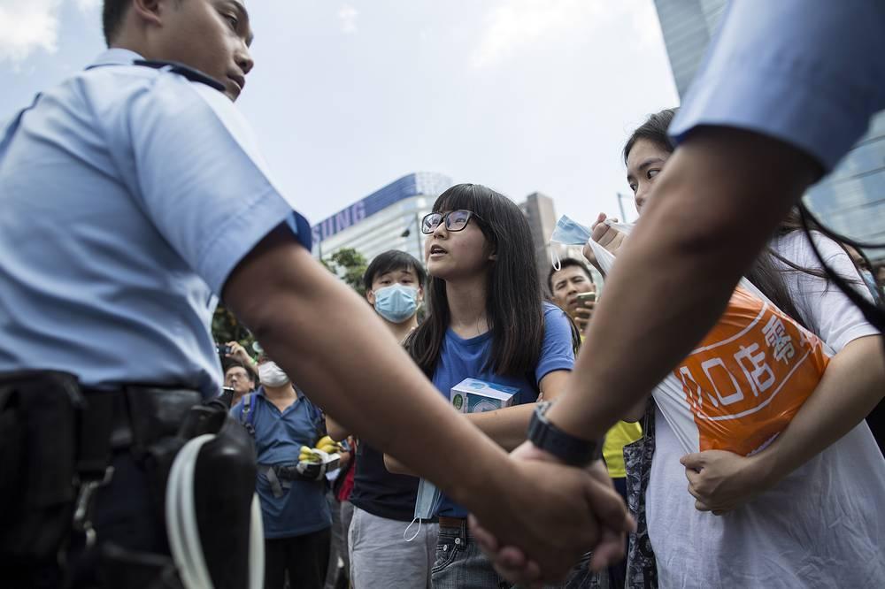 С демонстрантами пытаются вступать в переговоры представители полиции, чтобы убедить их освободить улицы и ключевые перекрестки для движения транспорта. Однако митингующие не намерены расходиться