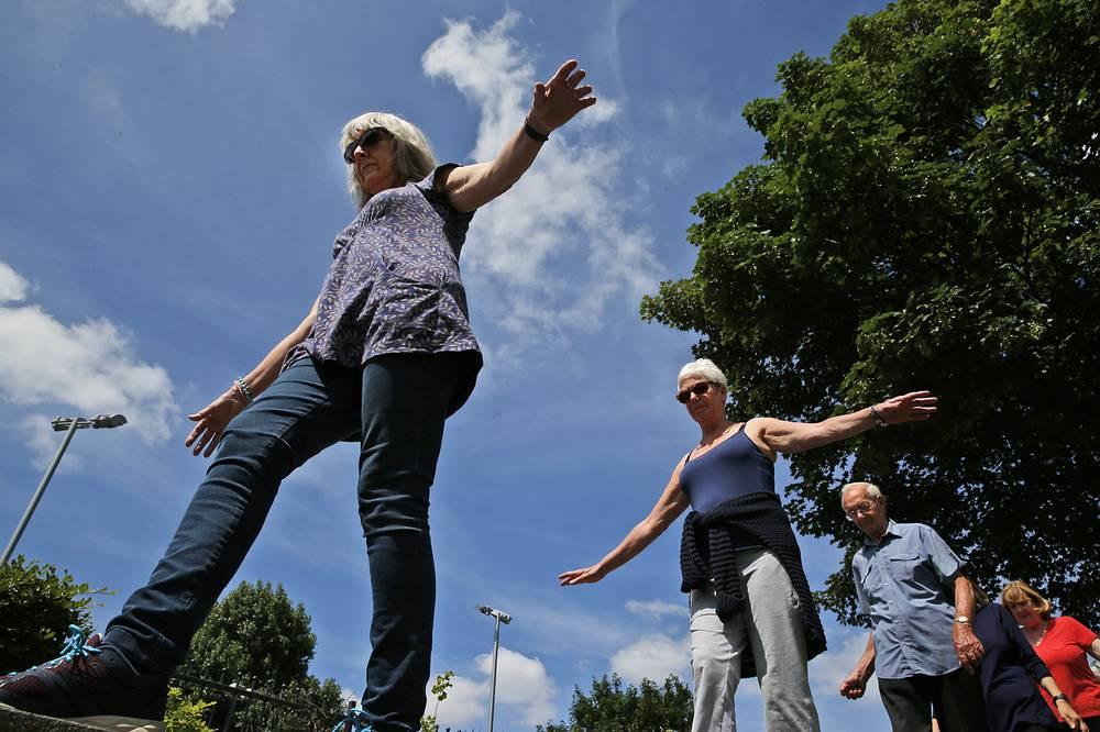 Мировые общественные организации уверены, что общими усилиями страны могут добиться того, чтобы люди не только жили дольше, но и чтобы жизнь их была более качественной и полноценной. На фото: занятия паркуром для людей старше 60 лет в парке Лондона