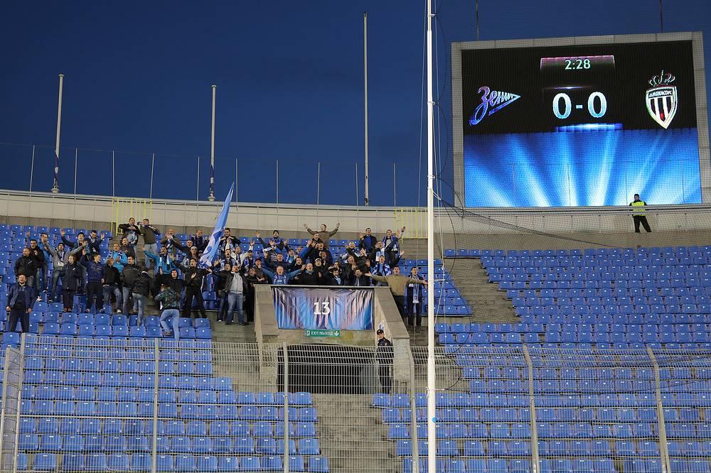 """Немногочисленные болельщики """"Зенита"""" на фанатской трибуне"""