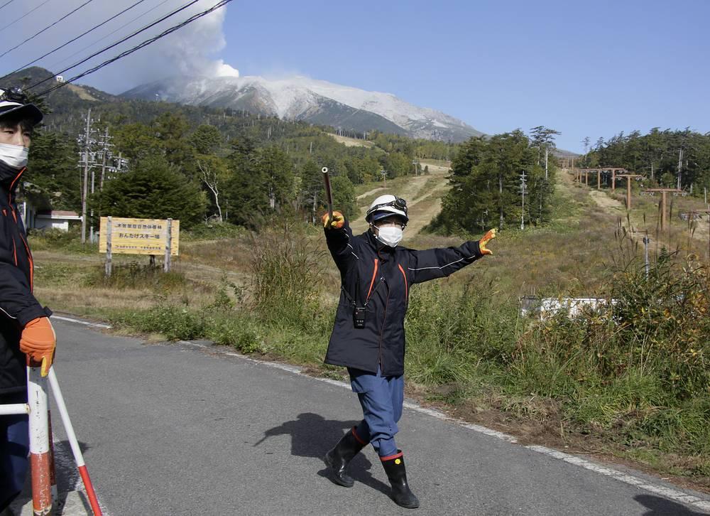 Действующий вулкан Онтакэ расположен примерно в 200 км к западу от Токио на стыке префектур Гифу и Нагано. Его последнее крупное извержение произошло в 2007 году, однако тогда никто не пострадал.