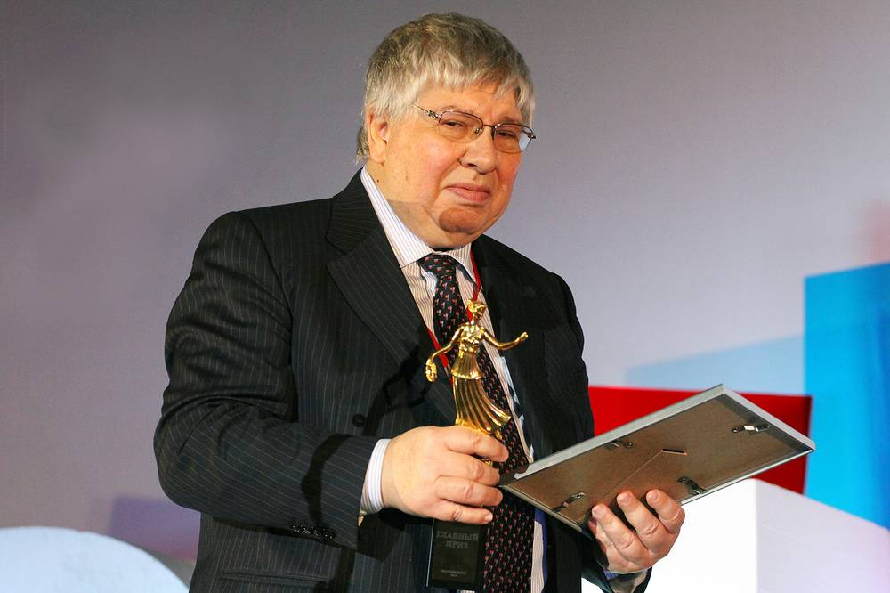 Председатель жюри, киновед Кирилл Разлогов (Москва) с Главным призом фестиваля