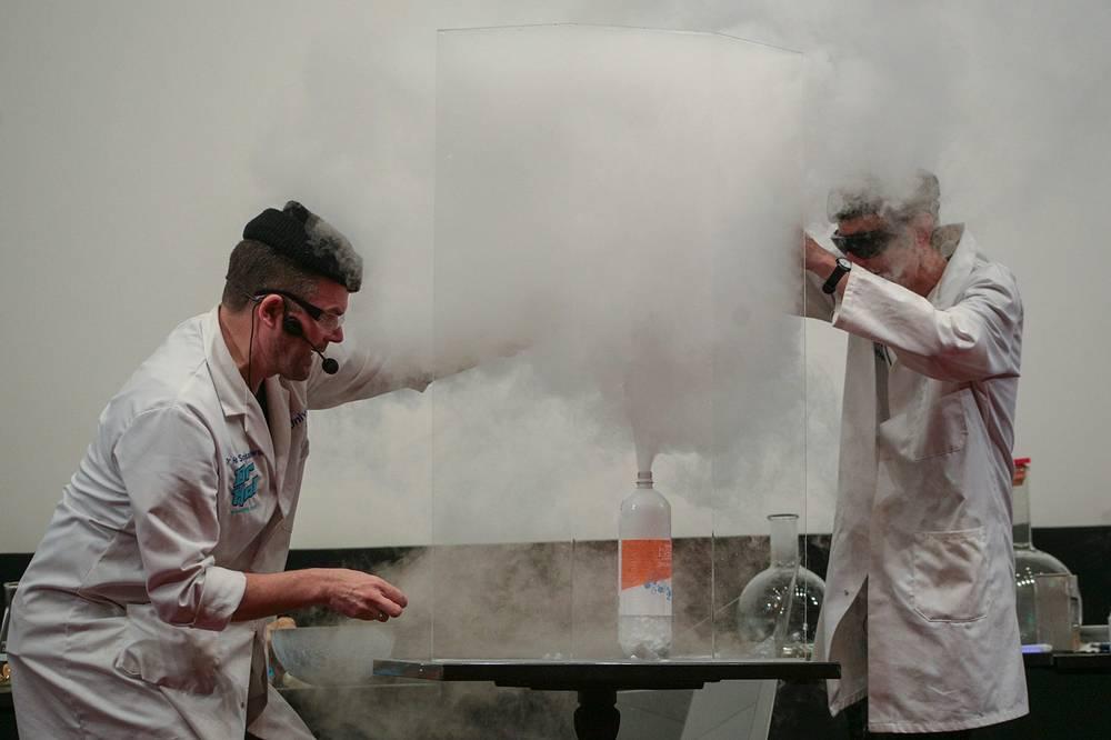 Интерактивное шоу доктора Хала Собасовски из университета Брайтона (Великобритания) проходило в течение трёх дней в рамках фестиваля науки