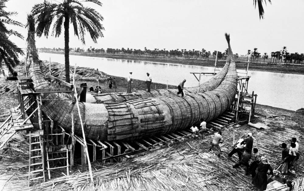 """На лодке """"Тигрис"""" (так звучит название реки Тигр на английском и норвежском языках) экипаж преодолел 6,8 тыс. км от реки Шатт-эль-Араб в Ираке через Персидский залив и Индийский океан до Республики Джибути. На фото: """"Тигрис"""" перед спуском на воду в Эль-Курне"""