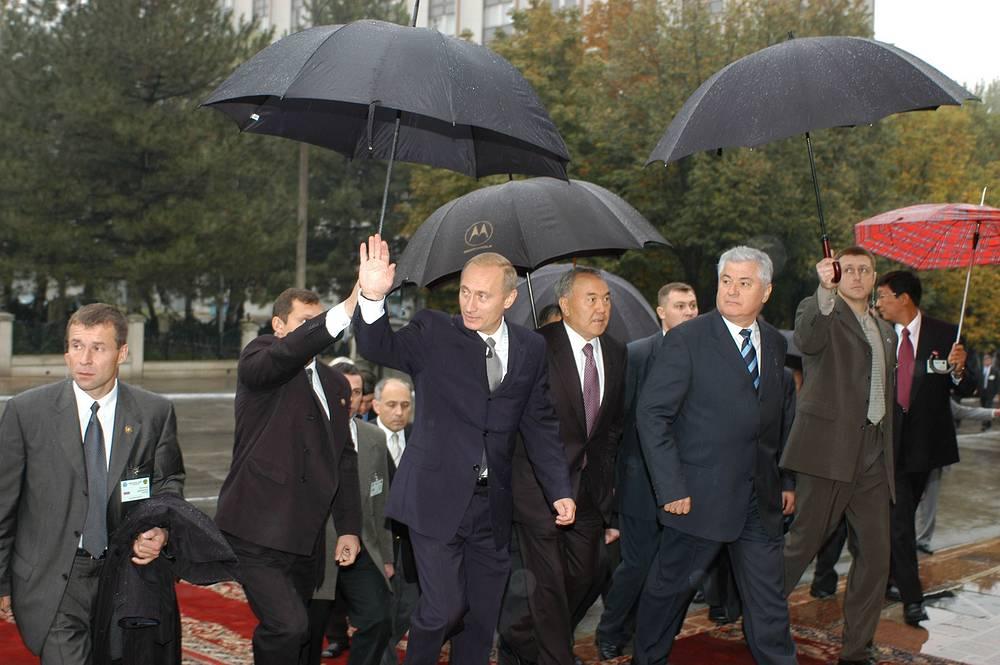 Владимир Путин, президенты Казахстана и Молдавии Нурсултан Назарбаев и Владимир Воронин (слева направо) на саммите СНГ, 2002 год