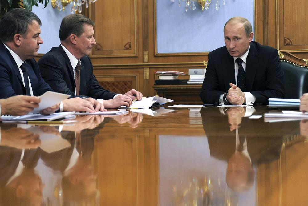 7 октября 2011 года Владимир Путин провел в Москве. В частности, в этот день он выступил на совещании по вопросам оборонно-промышленного комплекса. На фото: министр обороны Анатолий Сердюков, вице-премьер Сергей Иванов и премьер-министр Владимир Путин