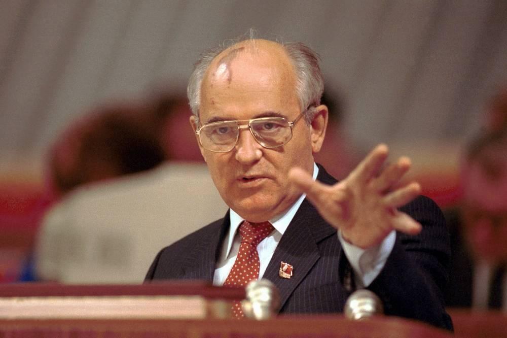 Михаил Горбачев (1990) - в знак признания его роли в мирном процессе