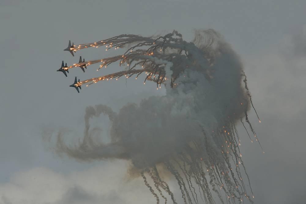 Су-27 во время демонстрационных стрельб