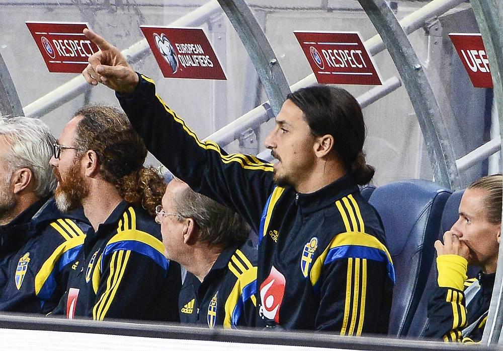 Лидер сборной Швеции Златан Ибрагимович на скамейке запасных