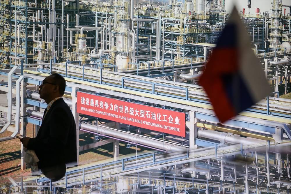 """Владимир Путин считает Китай одним из перспективных партнеров России. """"Совместными усилиями мы обеспечим дальнейшее наращивание всего комплекса взаимовыгодных связей между Россией и КНР. Это в полной мере отвечает интересам наших дружественных народов, способствует укреплению стабильности и безопасности в мире"""", - отметил российский лидер в телеграмме, поздравляя своего китайского коллегу Си Цзиньпина с 65-й годовщиной образования КНР"""