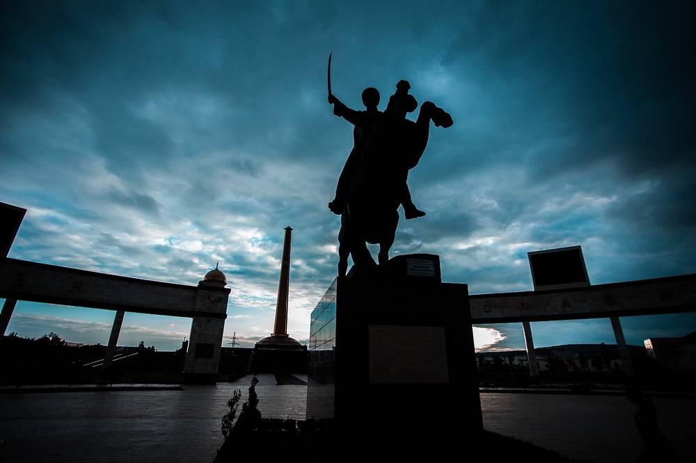 Мемориальный комплекс Славы имени Ахмата Кадырова — мемориал, посвященный Победе в Великой Отечественной войне и первому президенту Чеченской Республики. Комплекс занимает площадь более 5 га. У его входа стоит конный памятник Герою СССР Мовлади Висаитову.