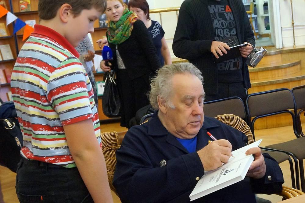 Владислав Крапивин дает автограф