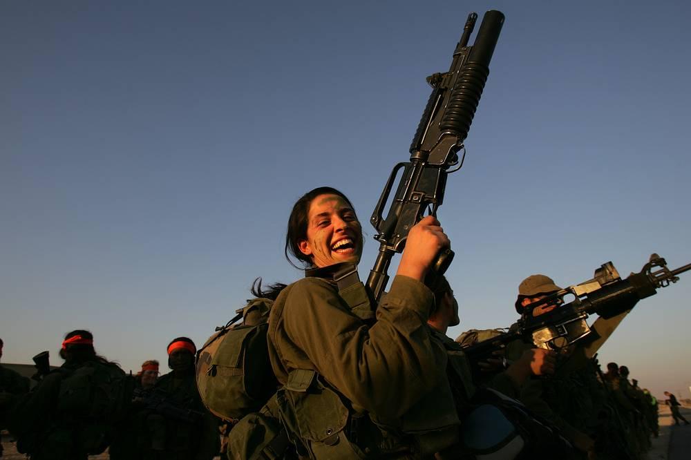 Военнослужащие-женщины во время марша возле поселения Эйн Яхав на юге Израиля, 2006 год