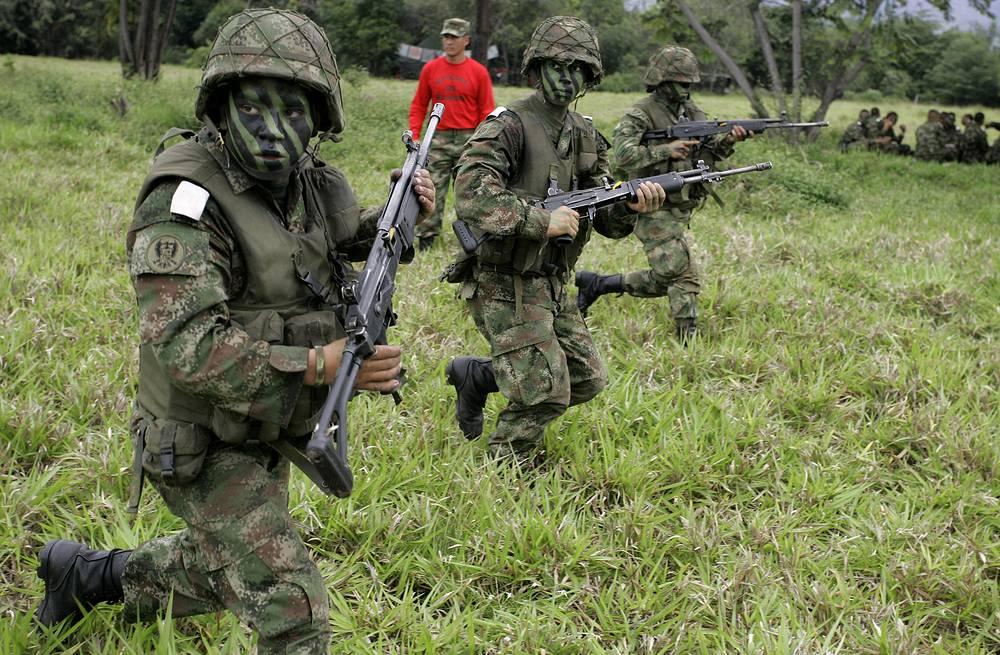 Женщины-кадеты во время тренировки на военной базе в Мелгаре, Колумбия, 2009 год