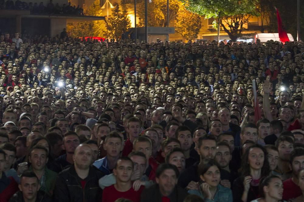Тысячи албанских болельщиков в Косово наблюдали за встречей отборочного турнира Евро-2016 между командами Сербии и Албании