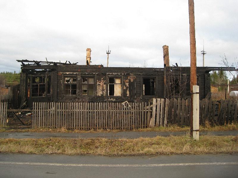 Сгоревший дом на улице Гайдара в городе Новая Ляля