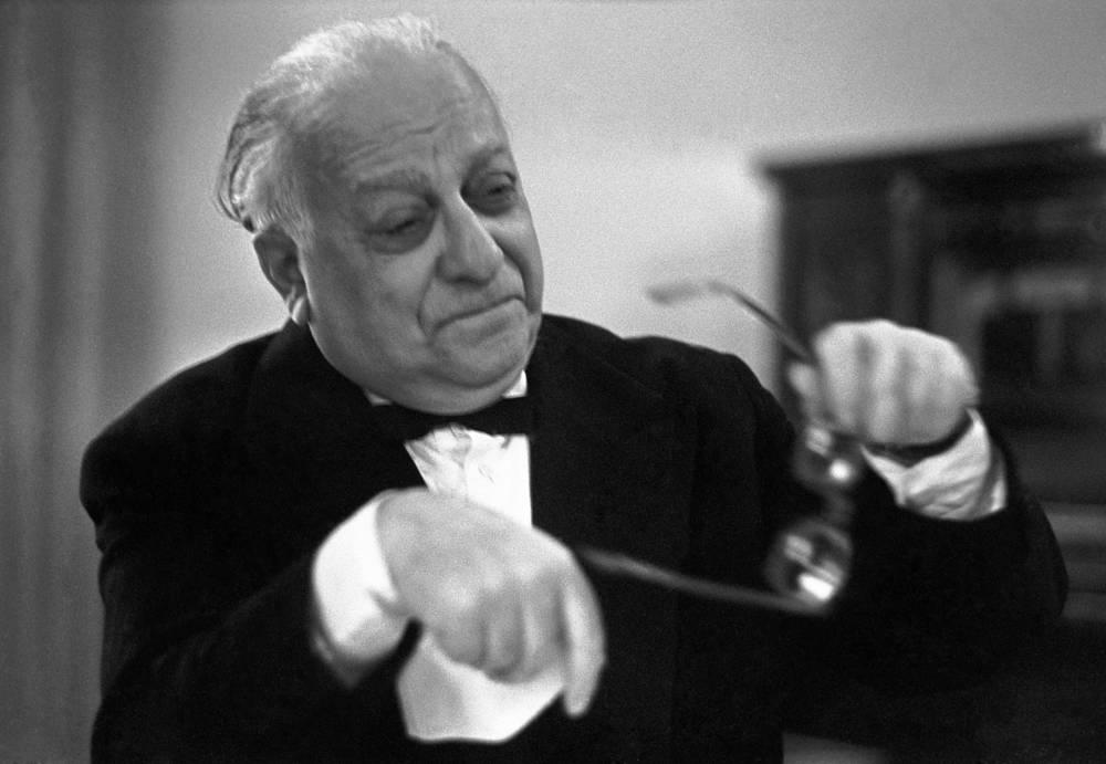 Актер, режиссер, педагог Рубен Симонов стал учеником Евгения Вахтангова в 1920 году. В 1926 году Симонов продолжил свою работу в качестве режиссера. С 1946 года вел преподавательскую деятельность в училище