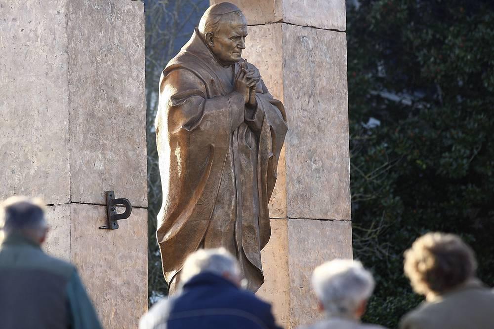 Памятник папе римскому Иоанну Павлу II. Плоэрмель, Франция, 2006 год