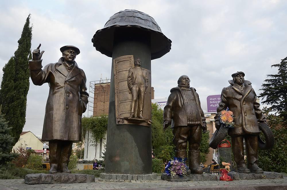 """Памятник героям фильма """"Мимино"""", Тбилиси, 2011 год"""