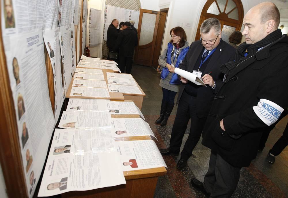 За выборами на Украине наблюдали представители 21 страны и 20 международных организаций. На фото: наблюдатели ОБСЕ в Киеве