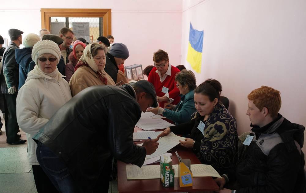 В Донецкой области на выборах в Верховную раду открылись 1047 избирательных участков, в Луганской области - 420 участковых избирательных комиссий. На фото: голосование на избирательном участке в Луганской области