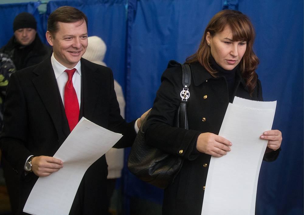 Лидер Радикальной партии Олег Ляшко с супругой на избирательном участке в Киеве