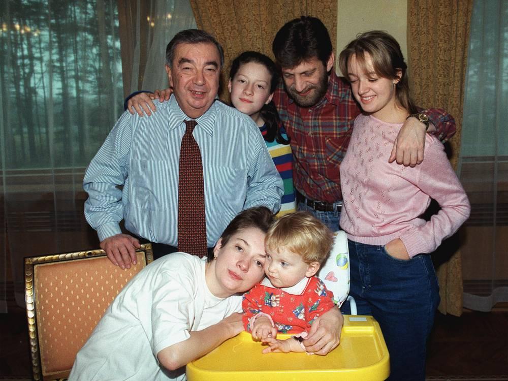 Евгений Примаков на подмосковной даче в кругу семьи, 1998 год. Стоят слева направо - внучка Саша, зять Александр, внучка Аня. Сидят дочь Нана и внучка Маша