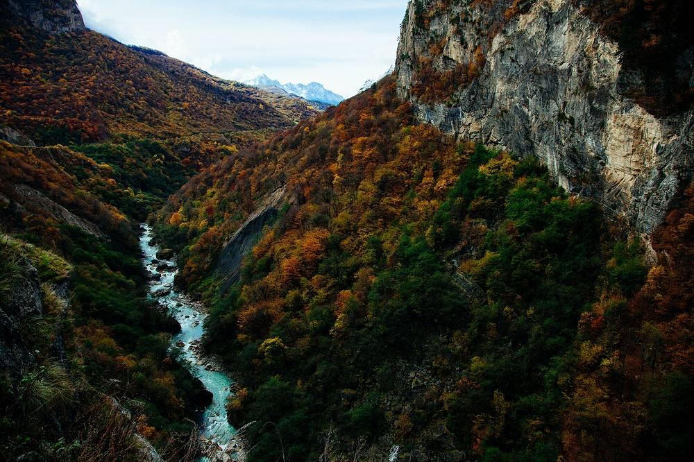 По преданию, именно Черекское ущелье стало первоначальным местом поселения балкарцев. Раньше оно так и называлось – Балкарское