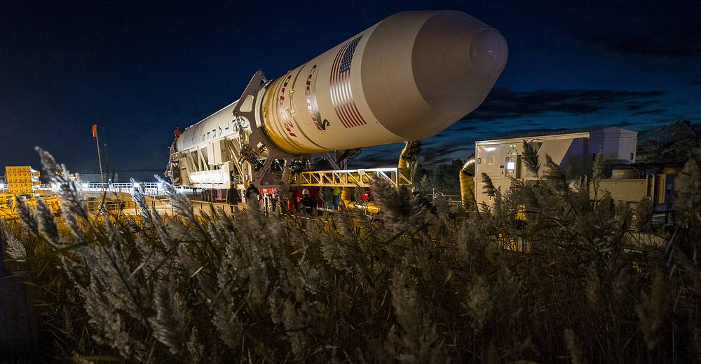 Первоначальный запуск ракеты должен был состояться на 24 часа раньше, однако запуск ракеты был отменен за 10 минут до старта из-за появления неизвестного судна в зоне старта. На фото: предстартовая подготовка ракеты-носителя Antares с кораблем Cygnus