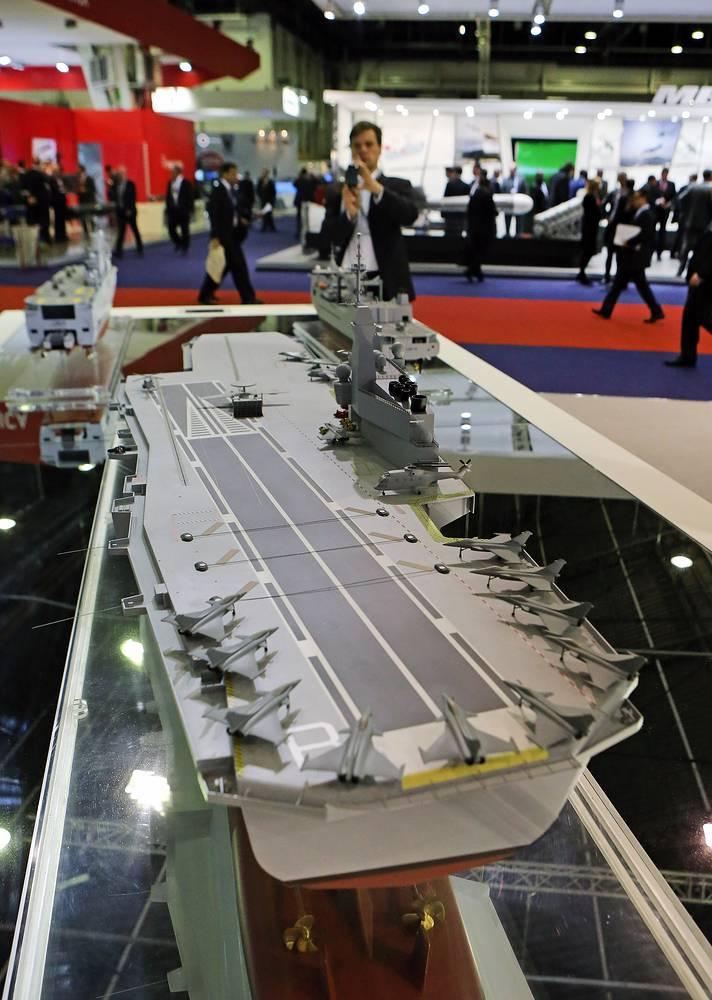 Стенд французской государственной оборонной компании DCNS. Модель авианосца водоизмещением 55 тыс. тонн