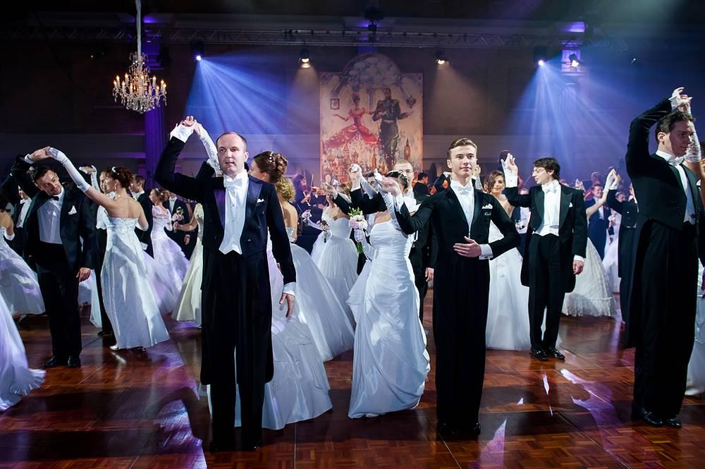 В самом начале бала 50 пар танцоров из России, Великобритании, США, Грузии, Мальты и Эстонии во фраках и белых платьях прошествовали на паркет под музыку живого оркестра