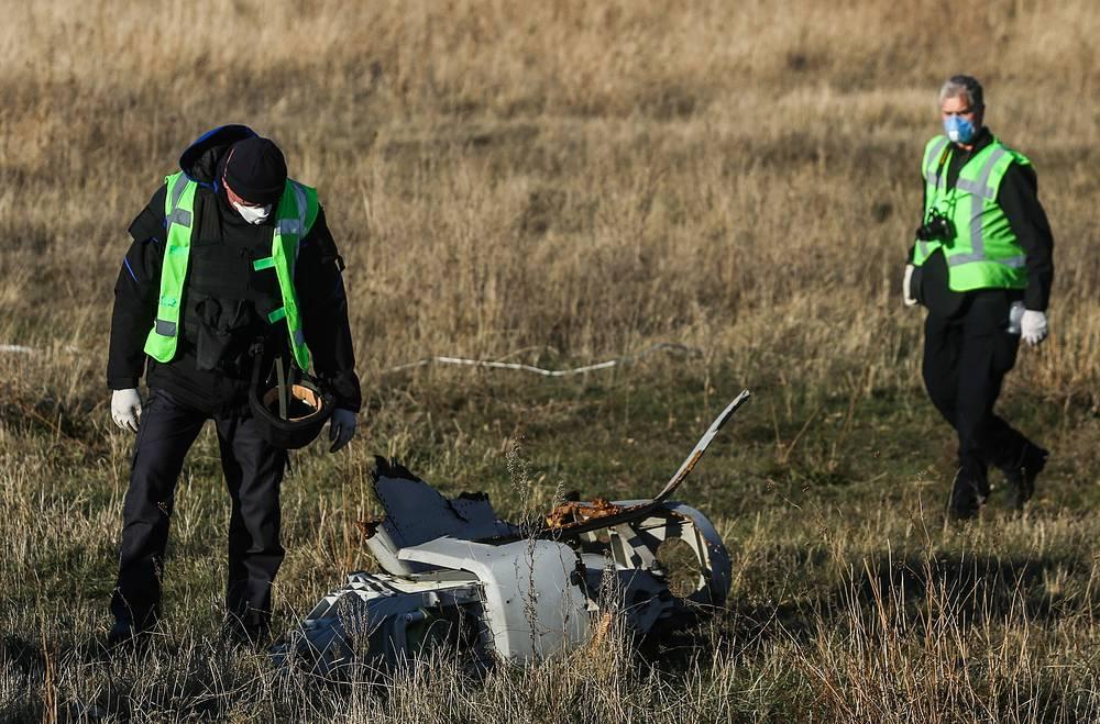 """Лайнер """"Малайзийских авиалиний"""", совершавший рейс по маршруту Амстердам - Куала-Лумпур, потерпел крушение 17 июля, все находившиеся на его борту 298 пассажира погибли"""