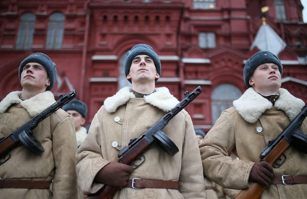 Военнослужащие были одеты в форму 1941 года, воспитанники кадетских школ Москвы и суворовцы - в парадную форму