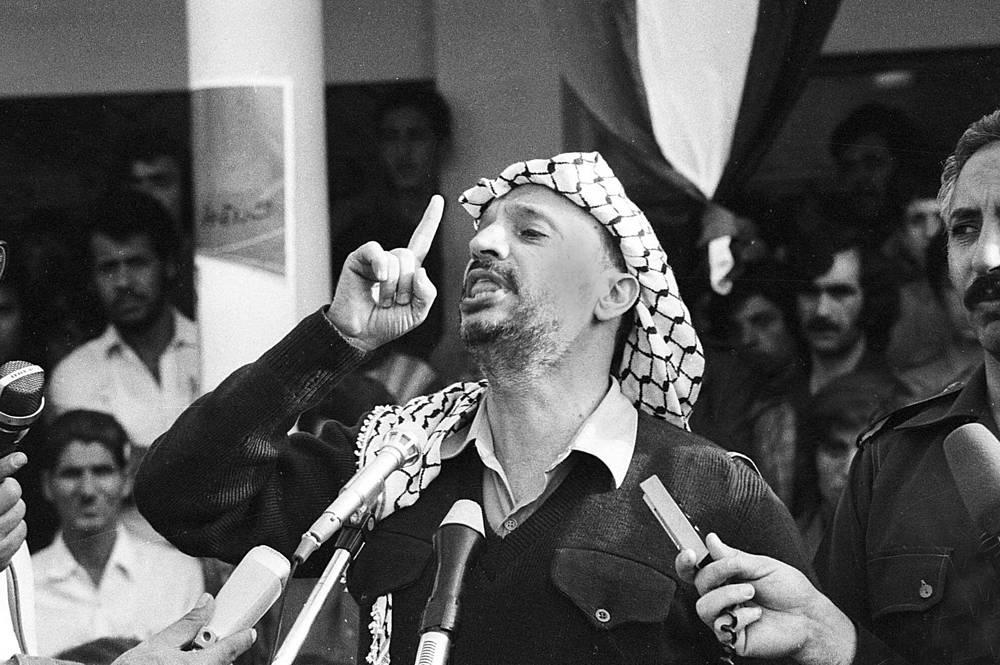 """Ясир Арафат родился 4 августа 1929 года в Каире. В 1959 году он возглавил военное крыло ФАТХ. Тогда же он взял себе подпольный псевдоним - Абу Амар, что означает """"отец-созидатель"""".  В 1970 году становится главнокомандующим силами палестинской революции. На фото: Арафат выступает в Бейруте, апрель 1978 года"""