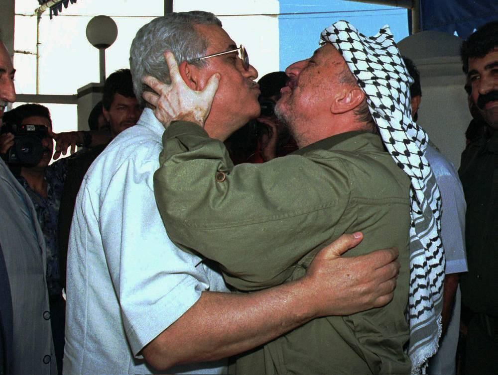 Одним из ближайших соратников Арафата на протяжении десятилетий оставался Махмуд Аббас. Именно он стал архитектором палестино-израильских мирных соглашений, а после смерти Арафата сменил его на всех постах. На фото: Аббас и Арафат, 1995 год, сектор Газа