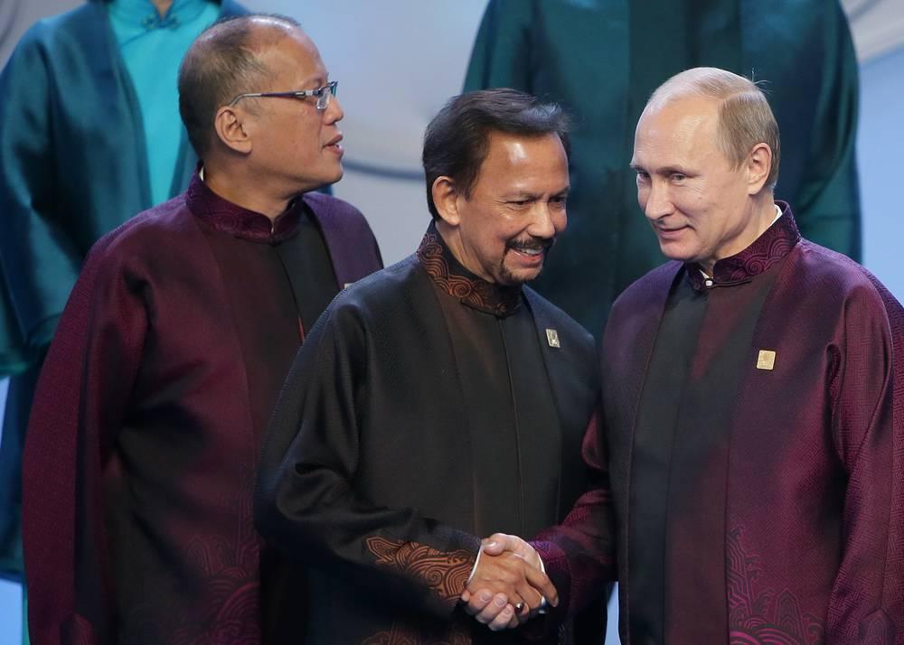 Султан Брунея Хассанал Болкиах и президент РФ Владимир Путин перед совместным фотографированием лидеров экономик форума АТЭС
