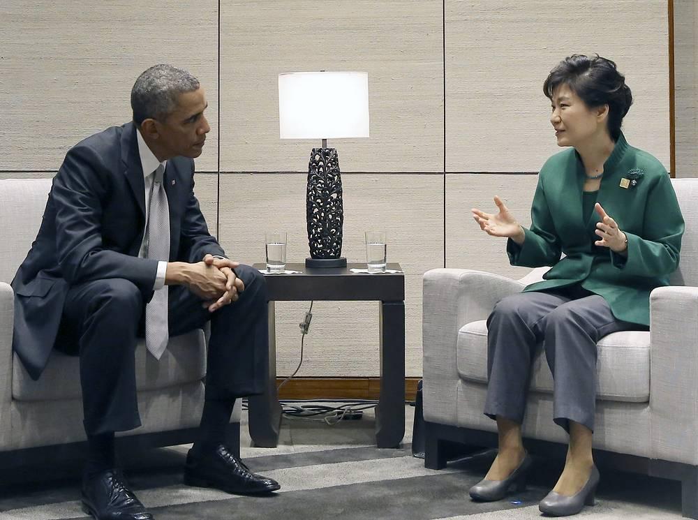 Президент США Барак Обама и президент Южной Кореи Пак Кын Хе в кулуарах форума АТЭС