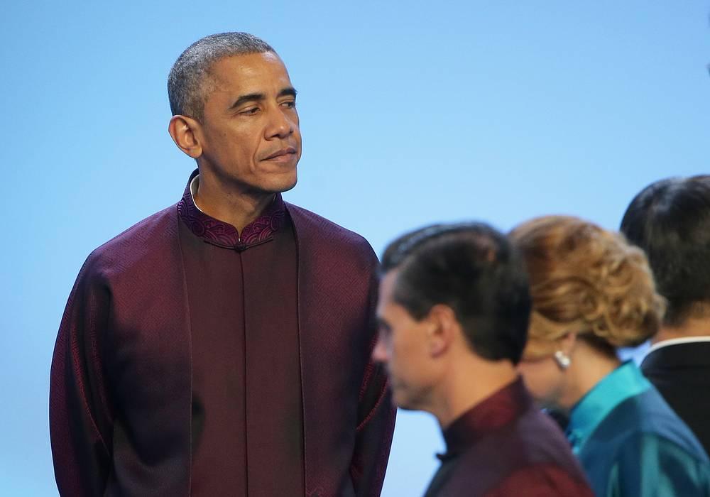 Президент США Барак Обама перед торжественным приемом от имени председателя Китайской Народной Республики Си Цзиньпина и Пэн Лиюань в честь лидеров экономик форума АТЭС