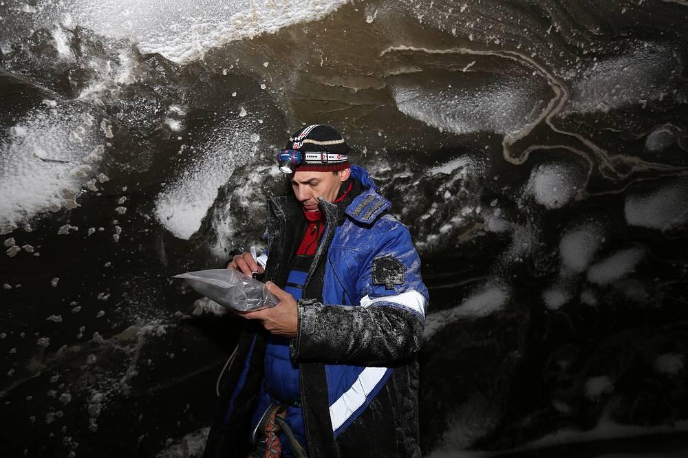 Один из участников экспедиции внутри воронки